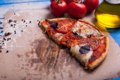 与无盐干酪、乳酪和蓬蒿叶子的土气意大利薄饼 库存图片
