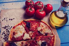 与无盐干酪、乳酪和蓬蒿叶子的土气意大利薄饼 免版税图库摄影