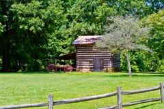 与无盖货车的原木小屋在Hagan石头公园 免版税库存图片