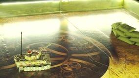 与无线电操纵的玩具坦克的军事比赛与在戏剧板的伪装 影视素材