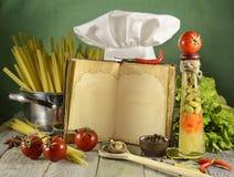 与无边女帽的厨师书 免版税库存图片
