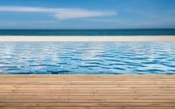 与无限水池的木地板 免版税库存照片