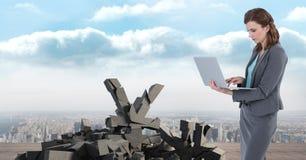 与日元标志的残破的具体都市风景的石头和女实业家 免版税库存照片