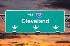 与日出天空的克利夫兰跨境90西部高速公路标志 库存图片