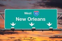 与日出天空的新奥尔良跨境10西部高速公路标志 库存照片