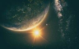 与日出的地球从空间 免版税库存照片