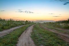 与日出的夏天农村风景 图库摄影