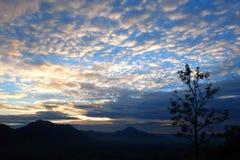 与日出的多云天空 库存图片