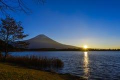 与日出的富士山 免版税图库摄影