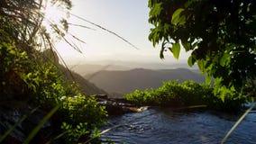与日出的山小河 库存照片