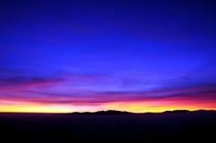 与日出的山脉 免版税库存照片