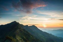 与日出的长的山 库存图片