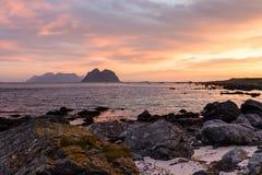 与日出的风景cloudscape在Lofoten海岛在挪威在夏天 库存图片