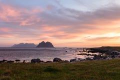 与日出的风景cloudscape在Lofoten海岛在挪威在夏天 免版税图库摄影