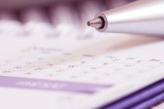 与日历页的笔球 免版税库存照片