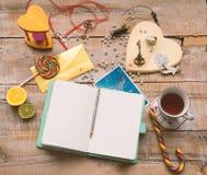 与日历,阿丽斯的工作者女性桌在妙境 免版税库存图片