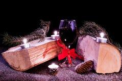 与日志、蜡烛、棒棒糖、pinecones和雪的新年装饰在木书桌上 图库摄影