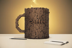 与日志和笔的咖啡杯概念在桌上 库存图片