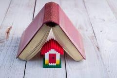 与日志的议院模型作为屋顶 免版税库存图片
