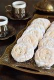 与日期充塞的芝麻脆饼 曲奇饼东部中间名 Eid和赖买丹月日期甜点 Kahk 阿拉伯烹调 复制空间 库存照片
