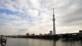 与日本地平线的东京Skytree塔在sumida河 免版税库存照片