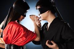 与日本年轻人战斗的夫妇 免版税库存照片