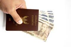 与日本金钱的护照 免版税库存照片