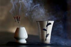 与日本saki和烟的鸡尾酒 免版税库存照片