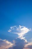与日落光和蓝天的美丽的云彩 库存图片