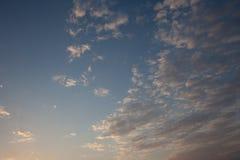 与日落光的清楚的多云天空 蓝色颜色和白色云彩不同的树荫  美好的背景 天结尾 放松的t 库存图片