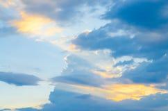 与日落光的蓝天 库存图片