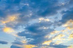 与日落光的蓝天 免版税库存图片