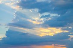 与日落光的蓝天 库存照片