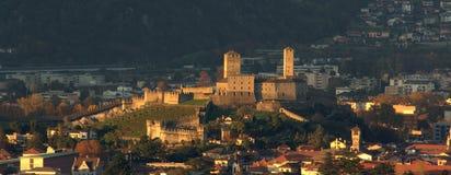 与日落光的Castelgrande 贝林佐纳瑞士 库存图片