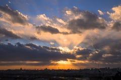 与日落和城市地平线的剧烈的天空 库存照片