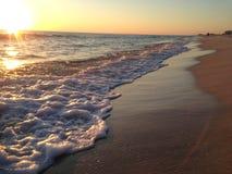 与日落和波浪的佛罗里达海滩 免版税库存图片
