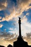 与日落天空的哥伦布雕象 免版税库存图片