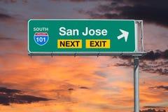 与日落天空的圣何塞路线101下个出口高速公路标志 免版税库存图片
