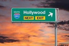 与日落天空的好莱坞路线101高速公路下个出口标志 库存图片