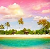 与日落天空的热带海滩 英国细致的空白海岛海岛掌上型计算机天堂沙子含沙唾液结构树绿松石处女的水 免版税库存图片