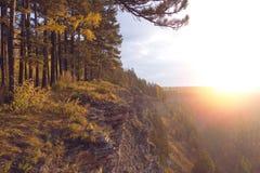 与日落天空的美好的山风景在秋天时间 山森林西伯利亚的上面 俄国 库存照片