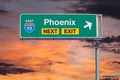 与日落天空的Phoenis亚利桑那路线10高速公路下个出口标志 图库摄影