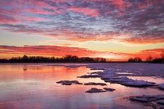 与日落火热的天空的冬天风景。 图库摄影