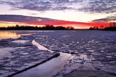 与日落火热的天空的冬天风景。 免版税库存照片