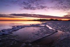 与日落火热的天空的冬天风景。 库存照片