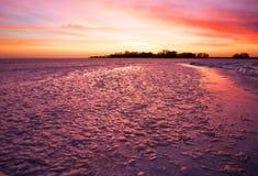 与日落火热的天空的冬天风景 库存照片
