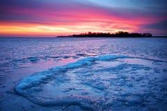 与日落火热的天空的冬天风景 免版税库存图片