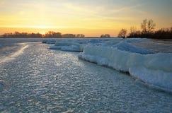 与日落火热的天空的冬天风景 图库摄影