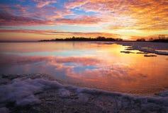 与日落火热的天空的冬天风景 库存图片