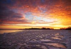 与日落火热的天空的冬天风景 免版税图库摄影